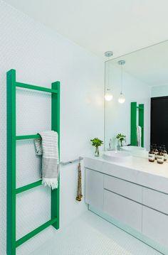 Fun modern bathroom - pops of green Bathroom Interior, Modern Bathroom, Small Bathroom, Master Bathroom, White Bathroom, Colorful Bathroom, Bathroom Green, Design Bathroom, Bathroom Styling