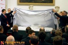 #StadiodellaRoma Nella Sala della Protomoteca del Campidoglio il sindaco di Roma Ignazio Marino e il  presidente giallorosso James Pallotta sollevano il lenzuolo bianco per svelare la nuova casa della #ASRoma.