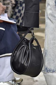 New York Fashion Week: le borse Primavera Estate 2019 bags handbags michael kors New York Fashion Week: le borse Primavera Estate 2019 Fashion Week, New York Fashion, Fashion Bags, Handbags Michael Kors, Tote Handbags, Leather Handbags, Fendi, Gucci, Jane Birkin