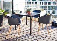 Scandinavische tuinmeubelen voor op je balkon of patio. Bijvoorbeeld deze MADERUP tuintafel en VARMING tuinstoelen | JYSK
