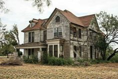 If I had money to dump into a house I'd buy a run down old farm house to fix up and live in ❤️ Vintage Farmhouse Decor Abandoned Farm Houses, Old Abandoned Buildings, Old Farm Houses, Abandoned Mansions, Old Buildings, Abandoned Places, Vintage Farmhouse Decor, Architecture Old, Classical Architecture