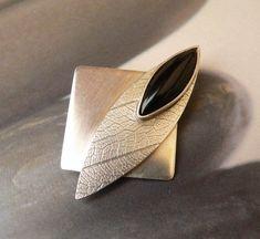 Black onyx Sterling silver brooch handmade metalwork by Mirma Metal Clay Jewelry, Jewelry Art, Jewelry Design, Moon Jewelry, Jewellery, Brooches Handmade, Handmade Silver, Plexiglass, Precious Metal Clay
