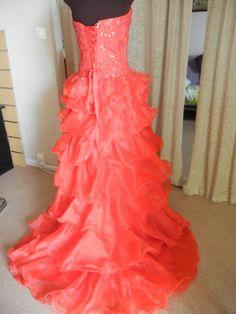 jolie robe rouge a volant . Finalement j'ai pas fait cette robe a la formation.