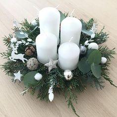 Winter Christmas, Christmas Time, Christmas Wreaths, Christmas Crafts, Christmas Decorations, Table Decorations, Holiday Decor, Decorating Coffee Tables, Diy Home Decor
