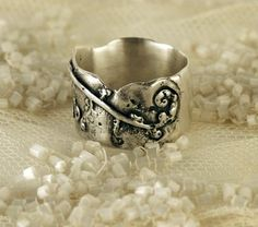 Graphic fern ring by on Etsy Fern Wedding, Ferns, Wax, Jewelry Accessories, Silver Rings, Jewels, Metal, My Style, Gold