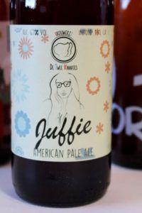 De Twee Knaapjes Badhoevedorp - Juffie - Ongewoon Lekker Review van Beer in a Box: Ik was in het begin een heel klein beetje sceptisch; bierliefhebbers blij maken met onbekende bieren? Maar wij kennen alles toch al? 😉 Leuk om te zien dat zelfs de doorgewinterde speciaalbierdrinkers nog eens verrast kunnen worden met de bieren van de Beer! 😀 Fans, Drinks, Bottle, Beer, Drinking, Beverages, Flask, Drink, Jars