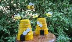 Bee craft and decoration ideas: Paper, craft sticks, egg carton, clay pot pom pom and more. Easy bee crafts for preschoolers, kindergarten and adults.
