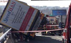 Z převráceného kamionu na Pražském okruhu vyteklo tisíc litrů nafty