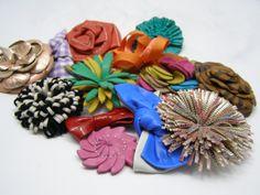 Fabricamos distintos modelos de flores y adornos para calzado/We manufacture different models of flowers and shoe ornaments. Disponible en/Available in: www.forniapliqs.com