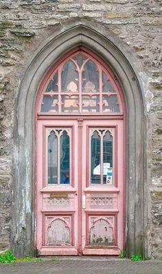 pink door, beautiful windows and archway Cool Doors, The Doors, Unique Doors, Windows And Doors, Front Doors, Gothic Windows, Arched Doors, Grand Entrance, Entrance Doors