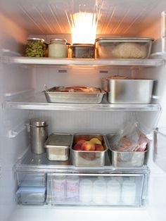 冷蔵庫の中ってゴチャゴチャしがちで、いつのまにか賞味期限を切らしてしまったり、自分でも在庫を把握できなくて二度買いしてしまったなんてこともよくありますよね。お客さんがきたときにも絶対に見せるわけにはいかない場所です。そんな冷蔵庫収納のコツを実例画像と共に見ていきましょう。中をすっきりさせれば二度買いなどの無駄な出費もなくなるし、詰め込みすぎを回避できれば電気代の節約にもなりますよ。