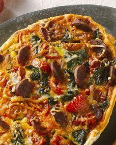 Quiche met tomaten, spinazie en chorizo -  Een lekkere Spaanse variant op de klassieke quiche is deze met pikante chorizo, tomaten en spinazie. Makkelijk en heerlijk zomers!