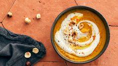 """A l'honneur du nouveau livre """"Mangez bon, Mangez bien"""" de Michel Cymes et Chef Damien, ce capuccino de butternut à la noisette fait partie des bonnes recettes à tester cet hiver. Chef Damien, Michel, Hummus, Ethnic Recipes, Products, Vegetarische Rezepte, Chantilly Cream, Gadget"""