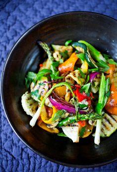 Alt kan grilles!  Grønnsaker kan både stekes, kokes og ikke minst grilles! Sjekk ut mer på nettsiden vår. Kung Pao Chicken, Grilling, Vegan, Ethnic Recipes, Food, Eggplant, Red Peppers, Crickets, Essen