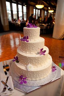 The cake decorated with purple flowers.