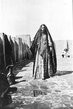 1918, Gertrude Bell, Iraq, [Wife of 'Abdul Wahid abu Sikar standing in courtyard]