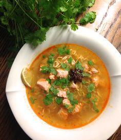 Hämmentäjä: Vietnamilainen pho-keitto lohesta. Vietnamese pho soup with salmon.