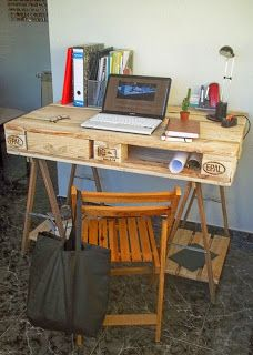 Muebles de palets: Escritorio hecho con un palet y 2 caballetes