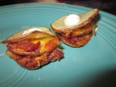 Recipes We Love: Cheesy Bacon Potato Crisps Potato Crisps, Bacon Potato, Potato Appetizers, Appetizer Recipes, Veggie Side Dishes, Side Dish Recipes, Good Food, Yummy Food, Food Goals