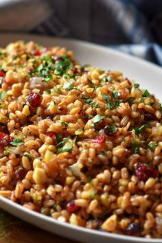This Warm Farro Salad combines this ancient grain with cranberries, walnuts and parsley to create such a simple side dish! Perfect for holiday entertaining or every day dining. Healthy Side Dishes, Side Dishes Easy, Side Dish Recipes, Vegetarian Side Dishes, Healthy Sides, Vegetarian Recipes, Easy Thanksgiving Sides, Thanksgiving Recipes, Thanksgiving 2020