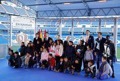 Ignacio González acompañado de Florentino Pérez y jugadores del Real Madrid ha entregado los regalos de la Campaña un regalo para todos