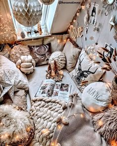 Top 5 Inexpensive Family Room ideas When Christmas is almost here. Cute Bedroom Decor, Room Ideas Bedroom, Bedroom Inspiration Cozy, Chill Room, Cosy Room, Aesthetic Room Decor, Fashion Room, Dream Rooms, My New Room