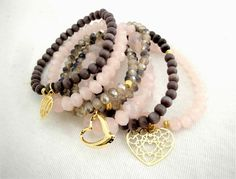 Conjunto de pulseiras com cristais, pedras e pingentes. Acabamentos folheados a ouro 18k. Não alérgica, não contém níquel!    Tamanho: Ajustável ao pulso. R$ 63,00