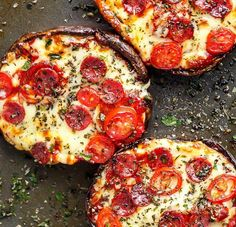Low Carb Meals Portobello Pizzas have ALL the flavours of a GOOD pizza without the guilt! These pizzas are quick and easy to make, low carb and ready in 10 minutes! Low Carb Keto, Low Carb Recipes, Vegetarian Recipes, Cooking Recipes, Healthy Recipes, Protein Recipes, Vegetarian Barbecue, Barbecue Recipes, Cooking Food