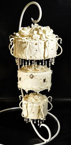 Chandalier Wedding Cake! Love this! Its so creative. Not quite sure how I'd do this, but I'm sure I could figure something out. #weddingcakes
