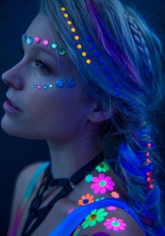 Neon Party Outfit Ideas Gallery amazing makeup ideas for the upcoming festival season Neon Party Outfit Ideas. Here is Neon Party Outfit Ideas Gallery for you. Neon Party Outfit Ideas black light party outfit ideas neon party glow run. Glow Party Outfit, Neon Party Outfits, Rave Outfits, Neon Flowers, Flowers In Hair, Festival Looks, Diy Festival, Festival Outfits, Hippie Festival