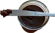 Chocolade Kokosboter | Thuis maken we al een aantal jaren onze eigen kokosboter. We vinden het fantastisch om te gebruiken in leuke desserts, in glazuur en als beleg. Vandaag deel ik een recept voor chocolade kokosboter, gemaakt met kokosboter, kokosolie, kokoscrème, cacaopoeder, vanille en zout. We eten dit graag zo van de lepel maar je kunt het ook smelten en er glazuur mee maken voor over gebak en fruit.