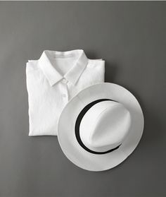 Шляпа и белая рубашка.