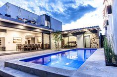 Busca imágenes de diseños de Albercas estilo moderno: CASA PAULIN. Encuentra las mejores fotos para inspirarte y y crear el hogar de tus sueños.