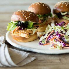 Klein, aber oho - Diese Burger sind trotz ihrer kleinen Maße ganz groß im Geschmack! Dabei holen sie dir mit zartem Pulled Chicken und würzigem Coleslaw ein Stück USA in die Küche.