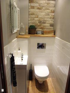 Biała łazienka z czarnymi dodatkami i drewnianą półką