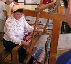 Tradiční výroba koberců prastarou technikou na dřevěném stavu zvaném krosná. Orava, Malatiná.