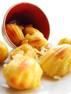 Mini-madeleines au chèvre Mini Madeleines, Snack Recipes, Snacks, Chips, Fruit, Food, Snacks Ideas, Greedy People, Dish