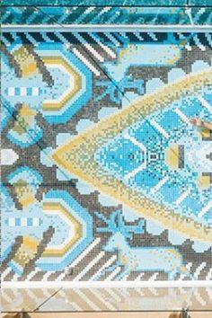 """¡UN BAÑO DE COLOR Y CREATIVIDAD!   """"Camino Huichol"""" @wpuntademita ¡Un espectacular diseño indígena ejecutado con el servicio #ArtFactoryHIsbalit! Incluye 14 referencias diferentes de mosaico #Hisbalit 💚💙💛"""