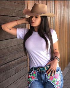 Fashion hats for women Cute Country Girl, Country Women, Cow Girl, Sexy Cowgirl Outfits, Vaquera Sexy, Moda Country, Rodeo Girls, Elegantes Outfit, Sexy Hot Girls