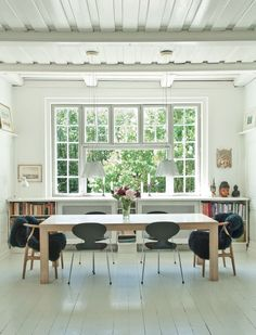A thoughtful rethinking of a 1918 cottage brings new life to this family home on the outskirts of Copenhagen. Designer: Anne Clark Photographs:Philippe Merie Source: Femina