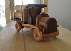 Camión de juguete de madera troncos