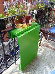 Mesa rebatible para balcones. Mesas para balcones pequeños. Zona de comedor en balcón pequeño.