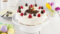 Maak van Boerencake een heerlijke slagroomtaart voor Pasen! Gedecoreerd met paaseitjes en frambozen.