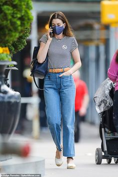 Old Actress, Anne Hathaway, Mom Jeans, New York, Actresses, Running, Stylish, Lady, Pants