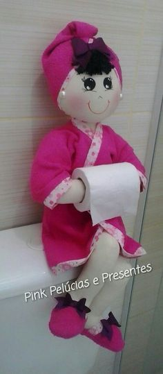 Discover thousands of images about Marlene Arteira: Boneca porta papel higiênico com molde. Felt Crafts, Fabric Crafts, Diy And Crafts, Crafts For Kids, Fabric Dolls, Paper Dolls, Diy Craft Projects, Sewing Projects, Bath Doll