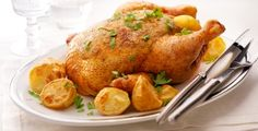 Een gevulde kip met aardappels en truffeltapenade.