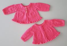 JUBILOCIOS: CHAQUETA PRIMERA PUESTA CON VOLANTE PARA LAS NUEVAS GEMELAS Knitting For Kids, Baby Knitting, Bebe Baby, Baby Cardigan, Baby Sweaters, Boho Shorts, Knit Crochet, Rompers, Knitting Patterns