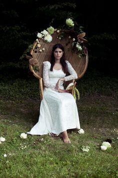 fauteuil en osier décoré de fleurs