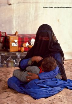 Shammer woman with her baby in their tent in The Nafud Saudi Arabia. Arabian Women, Arabian Beauty, Diy Eid Gifts, Saudi Arabia Culture, Saudi Men, Royal Family Pictures, Cake Logo Design, Love Quotes Photos, Classic Rugs
