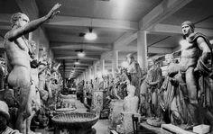 Réserve des sculptures gréco-romaines : tout ce qui ne peut être exposé faute de place. Un petit côté caves du château de Moulinsart... Photo Serge Sautereau  http://www.serge-sautereau.com/